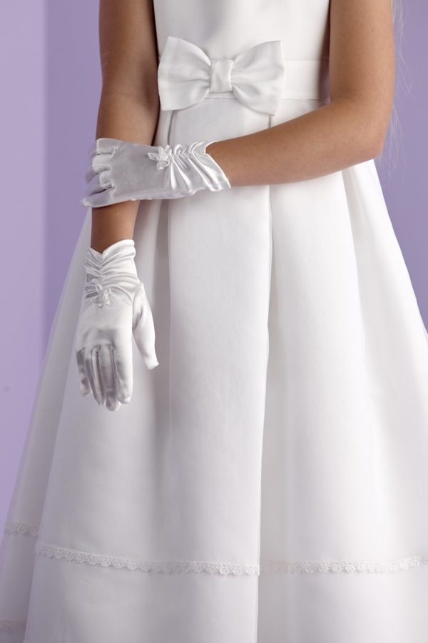 First Holy Communion gloves with a ruched detailing at the wrist.