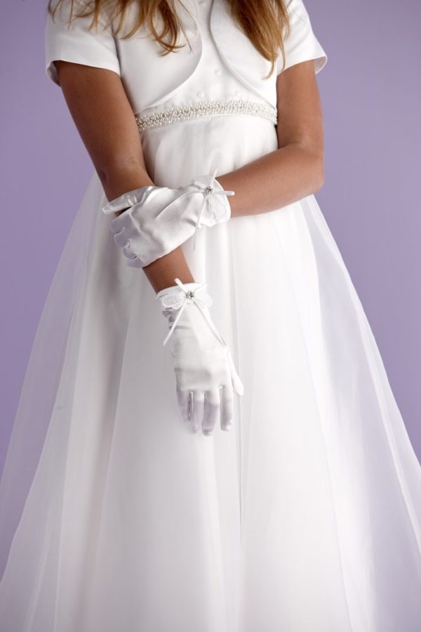 Beautiful white satin wrist length First Holy Communion gloves that are decorated with a lovely lace and ribbon bow at the wrist. The centre decoration of a rhinestone circled with pearls finishes off the look.
